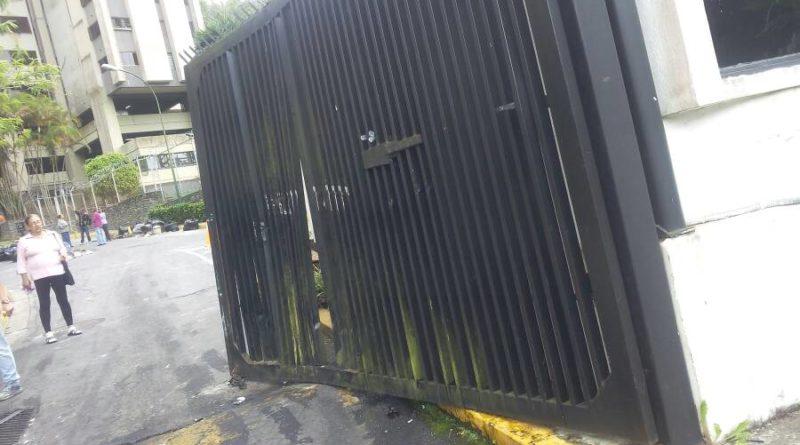 Tanquetas de la GNB tumban rejas de residencias OPS en San Antonio (fotos + videos)
