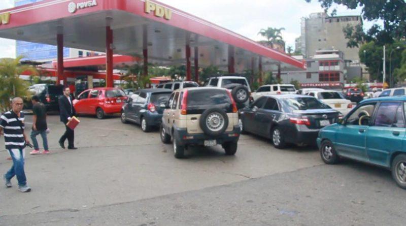 Largas colas en bombas de servicio por falta de gasolina en Caracas