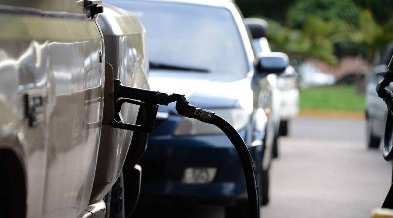 Conductores en Araure empujan sus carros para surtir de gasolina