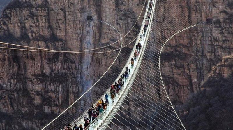 Puente suspendido de Cristal fue inaugurado en Navidad al norte de China