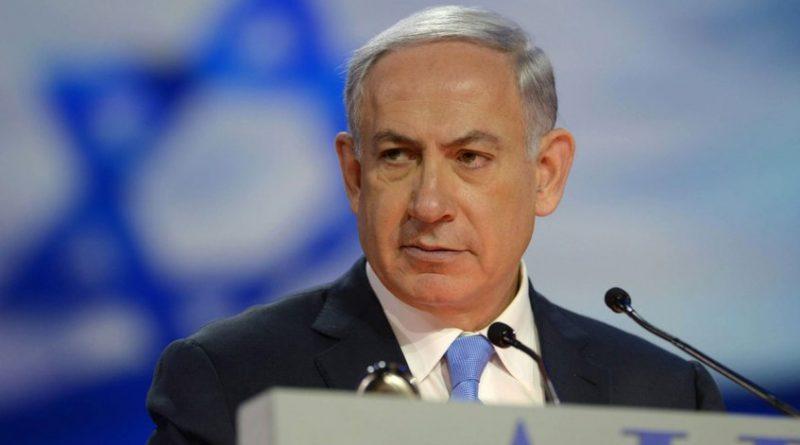"""El primer ministro israelí, Benjamin Netanyahu, declaró el miércoles que Estados Unidos podría trasladar su embajada de Tel Aviv a Jerusalén dentro de un año, mucho antes de lo previsto, según medios locales. """"La embajada será trasladada a Jerusalén antes de lo que piensan, seguramente dentro de un año"""", dijo Netanyahu a los periodistas que lo acompañan en su viaje a India, informaron múltiples medios israelíes. El secretario de Estado norteamericano, Rex Tillerson, había declarado en diciembre que el traslado no se haría efectivo probablemente antes de dos años. El presidente Donald Trump reconoció el 6 de diciembre a Jerusalén como capital de Israel y anunció, sin precisar fechas, el cambio de la embajada de Tel Aviv a Jerusalén. Este anuncio fue denunciado por los palestinos y muy criticado por gran parte de la comunidad internacional. Desencadenó además enfrentamientos en la región, en los que 17 palestinos, el último este lunes, y un israelí murieron."""