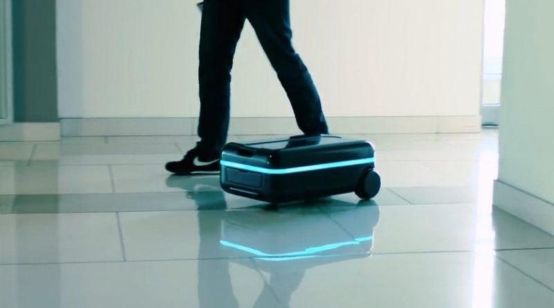 """Los automóviles sin chofer pueden demorar un poco en llegar, pero las maletas autónomas ya están aquí ya que una parte de la tecnología utilizada para los vehículos autónomos ha sido adaptada en productos que fueron dados a conocer en el Consumer Electronics Show (CES) en Las Vegas, para ayudar a los viajeros con el pesado problema de lidiar con el equipaje. La """"maleta robot"""" de Travelmate, una empresa emergente de viajes con sede en California, puede ser controlada con una aplicación de teléfono inteligente y rodar al lado de su dueño a una velocidad de 11 kilómetros por hora, sorteando los obstáculos. (Lea también: Apagón en Las Vegas dejó a la feria tecnológica CES a oscuras) """"En realidad este es un robot que te sigue"""", dijo Maximillian Kovtun, fundador y presidente de Travelmate. La empresa diseñó el dispositivo -que incorpora elementos de inteligencia artificial- para avanzar en una área alrededor del usuario, o puede ser dirigida con la aplicación del teléfono inteligente de la misma manera que lo hace con un dron. Con un precio de alrededor de 1.100 dólares estará disponible para el mercado de Estados Unidos en febrero, y después en Europa y Japón. ForwardX, una empresa china con presencia en California que compite en esta oferta, esta diseñando un dispositivo que pueda hacer reconocimiento facial, sin que necesite la aplicación del teléfono inteligente y tendrá un costo de 1.000 dólares."""