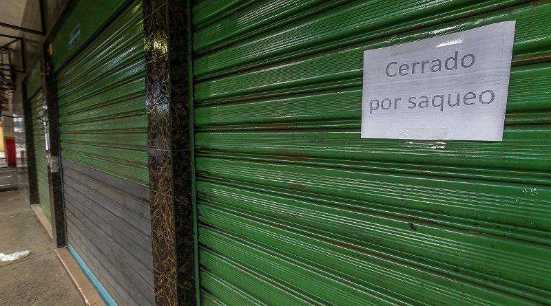 """En los últimos días Ciudad Guayana ha enfrentado una ola de saqueo, generando que la tensión se mantenga entre los comerciantes de las zonas que han sido vulnerables, a pesar del patrullaje de la Guardia Nacional Bolivariana (GNB), quienes han decidido mantener sus negocios cerrados. Una publicación realizada por Correo del Caorní, detalla que uno de estos locales es la panadería Hidalgo, a la altura de la redoma de Otilio en San Félix. Su santamaría tiene un aviso muy claro: """"Cerrado por saqueo"""". Otros comercios, incluyendo en Puerto Ordaz, también han tomado sus previsiones: atender a los clientes con santamaría a medio abrir y permitir el ingreso por pequeños grupos; otros locales de comida, por ejemplo, descartaron esta vez colocar mesas y sillas para sus clientes, a las afueras del establecimiento. Señala que la noche del martes los conatos de saqueos iniciaron en la panadería Picasso del Centro Comercial Costa Atlántica en Puerto Ordaz. La situación fue prontamente controlada, pero de inmediato se registraron los intentos de saqueos en otros establecimientos de la ciudad, entre ellos el abasto San José, ubicado en el sector La Gallina en San Félix. Lea también: Continuaron los disturbios y saqueos en Ciudad Guayana (+fotos) Su dueño, de origen portugués, prefirió no declarar, no sin notarse visiblemente afectado por la situación. Llegó a Venezuela en la década del 80, su voz se quebró al preguntársele por la conflictividad que hoy vive el país. A su juicio, más que hambre, lo ocurrido a su negocio fue por delincuencia. Del establecimiento sustrajeron productos como refrescos, harinas, pañales, entre otros artículos, luego que un grupo de personas violentara parte de sus rejas."""