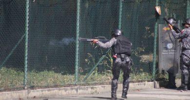 """Funcionarios de in-seguridad del estado hirieron al menos a cuatro estudiantes que se encontraban protestando pacifícamente en la plaza Las Tres Gracias. Según reportan, los manifestantes fueron heridos por un perdigón. Los heridos han sido trasladados por los estudiantes que conforman La Cruz Roja a un centro asistencial. Sin embargo se desconoce el estado de salud de estas personas. Según el reportero de VPI Tv, Manuel Fajardo, la Policía Nacional Bolivariana efectuó disparos de perdigón y lanzan bombas lacrimógenas en contra de los ciudadanos que se encontraban cercanos al piquete del ente policial. Foto: Juan Peraza / La Patilla Foto: Juan Peraza / La Patilla Los hechos iniciaron alrededor de las 12 del mediodía, aproximadamente media hora después de la finalización del acto para conmemorar a los caídos. Fajardo también informó que siendo las 2:30 de la tarde, se vive una tensa calma en los alrededores de la UCV y la en la plaza Las Tres Gracias. Asimismo, añadió que """"hasta el momento no se reportan ciudadanos afectados por los gases lacrimógenos"""", los que están siendo disparados por los funcionarios de in-seguridad del régimen de Maduro. """"Sal a la calle Venezuela, deja la cobardía, igualmente se van a morir porque nos están matando de hambre ¡Ya basta!"""", aseguró uno de los manifestantes ante la cámara de VPI Tv Para ver esta manifestación en vivo haga clic aquí."""