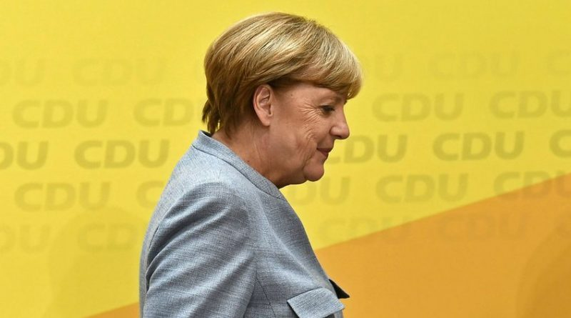 """Angela Merkel se declaró """"optimista"""" este domingo sobre la posibilidad de poder formar un gobierno en Alemania y sacar al país del bloqueo político, al inicio de cinco días de negociaciones con los socialdemócratas. """"Llego a unas conversaciones que se abren con optimismo, aunque sea consciente del enorme trabajo que nos espera"""", declaró la canciller conservadora en Berlín. Las elecciones legislativas de septiembre, marcadas por un auge de la extrema derecha y un retroceso de los grandes partidos, no arrojaron ninguna mayoría clara en la cámara de los diputados. (Lea también: Premier de Curazao y cónsul de Venezuela se reunieron para discutir situación binacional) La canciller y su bando, demócratacristiano, trataron en un primer momento de formar gobierno con los liberales y los ecologistas, pero no alcanzaron ningún acuerdo."""