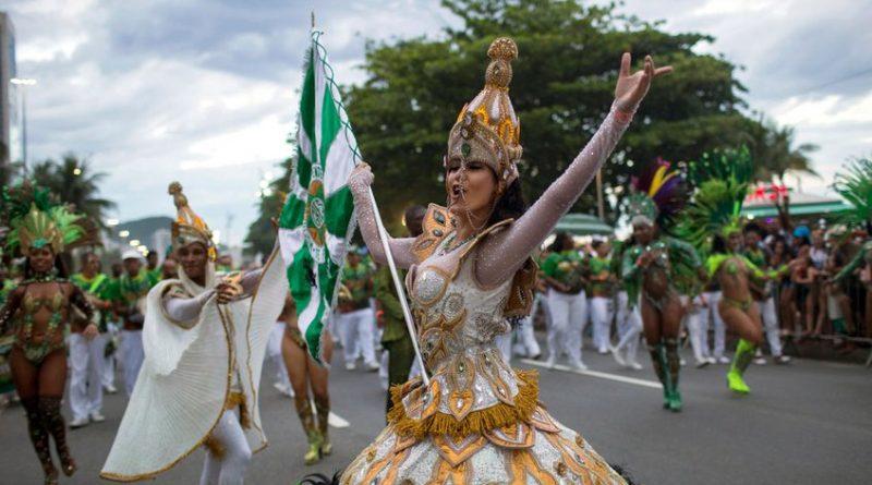 Carnaval de Río de Janeiro calienta motores con gran desfile en Copacabana