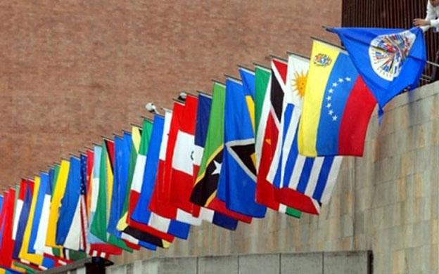 """Una edición después de la incorporación de Cuba, la Cumbre de las Américas excluye esta vez a Venezuela, con lo que la gran cita política de la región, que se celebrará en Lima (Perú) en abril, volverá a estar incompleta. La canciller peruana, Cayetana Aljovín, anunció este martes que su Gobierno retiraba la invitación al presidente venezolano, Nicolás Maduro, una decisión respaldada por los 12 países del Grupo de Lima y por Estados Unidos. Es decir, un bloque de naciones que suma más del 90% de la población americana ha querido que Venezuela quede por primera vez fuera de la reunión regional de jefes de Estado: Argentina, Brasil, Canadá, Chile, Colombia, Costa Rica, Guatemala, Honduras, México, Panamá, Paraguay y Perú, más Estados Unidos. Por el momento solo Cuba y Bolivia, los dos aliados más fieles de Caracas, han expresado su rechazo a la exclusión de Maduro y ningún país ha amenazado con no acudir en protesta por esa decisión. El Grupo de Lima, que se formó tras constatar la imposibilidad de aprobar medidas sobre Venezuela en la OEA debido al bloqueo de los países caribeños, justifica su veto a la presencia de Maduro con la Declaración de Quebec del 2001. """"Cualquier alteración o ruptura inconstitucional del orden democrático en un Estado del hemisferio constituye un obstáculo insuperable para la participación del Gobierno de dicho Estado en el proceso de Cumbres de las Américas"""", indica ese texto. Los expertos consultados por Efe consideran contradictorio dejar fuera a Venezuela con este argumento y, sin embargo, mantener la invitación a Cuba. """"El Gobierno peruano está adoptando un doble estándar, dado que Cuba fue incluido en la pasada cumbre (Panamá, 2015) por la insistencia de los países latinoamericanos pese a que incumple la Carta Democrática Interamericana"""", indicó a Efe Cynthia Arnson, directora del programa latinoamericano del Wilson Center. Para Michael Camilleri, analista de política exterior del Diálogo Interamericano, """"hay una cierta contradicción e"""
