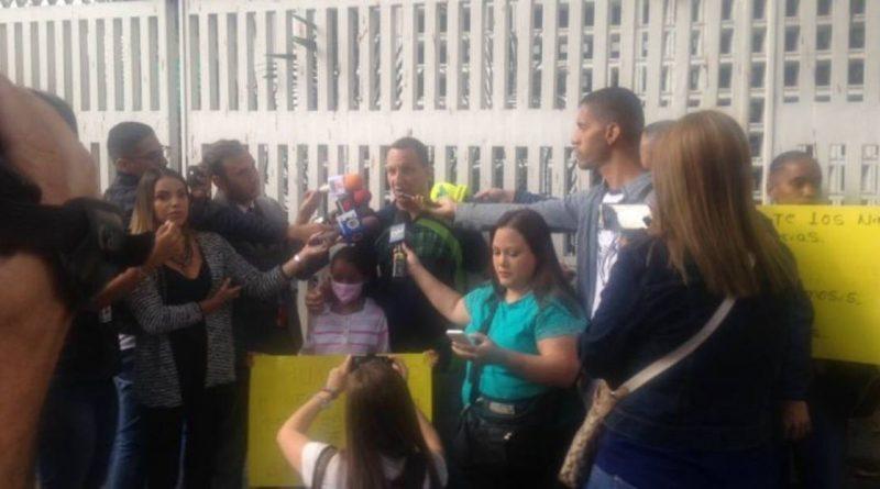 Padres se encadenaron en el J.M de los Ríos para exigir medicinas