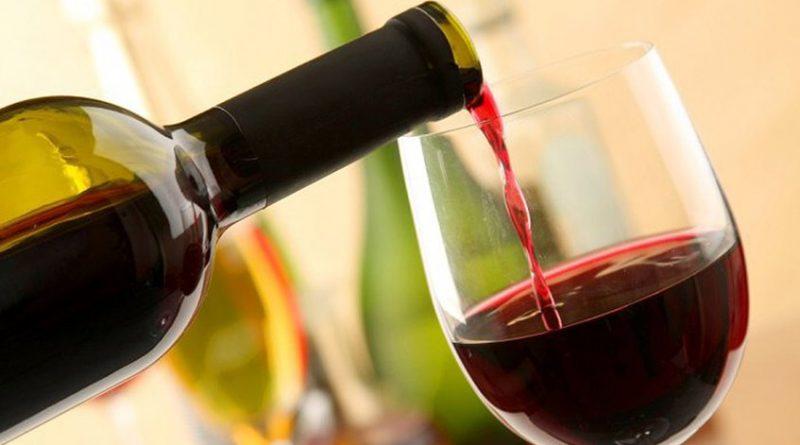 Beber vino tinto podría ayudar a combatir caries
