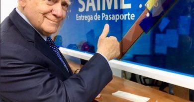 "Eduardo Fernández le ""cayó a besos"" al Saime por sus ""buenos"" servicios"