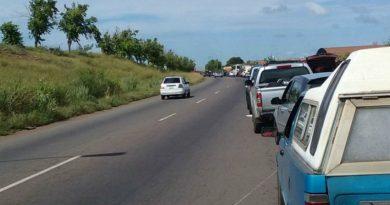 Interior de Venezuela se queda sin clases ni efectivo por escasez de gasolina